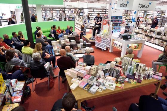 """Lesung im Hugendubel in München bei der Kulturnacht """"Nachtschwärmer"""" im September 2017 in den Fünf Höfen (Foto: Stephan Sahm)."""