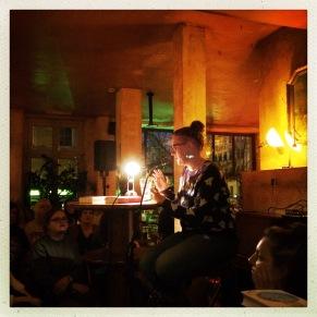 Anne Freytag liest. Und zwar ziemlich gut (im Café Puschkin).